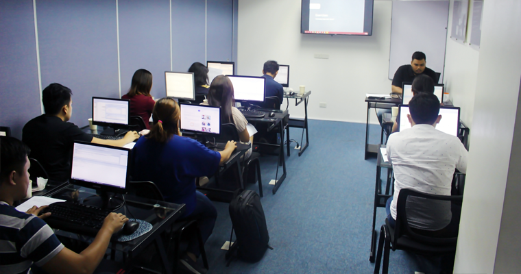 O&B instructor with his JPA/Hibernate class in front of their computer monitors. | Hibernate Training Philippines