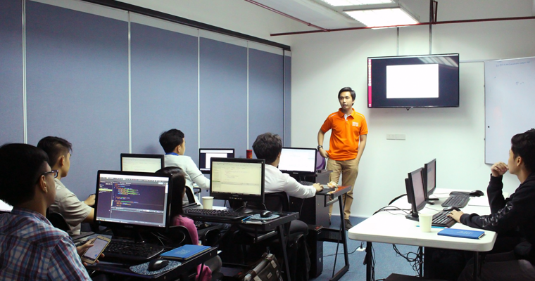O&B instructor standing in front of his class talked about the JUnit fundamentals. | JUnit Fundamentals Philippines
