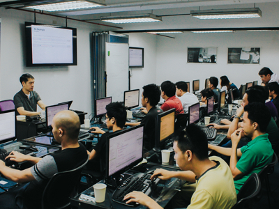 O&B instructor Lorenzo Dee conducting an extensive engineering course with a large group of software developers | Java Agile Training Philippines